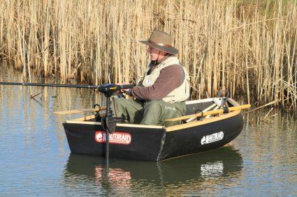 Pêcheur dans un canot Nautiraid Coracle