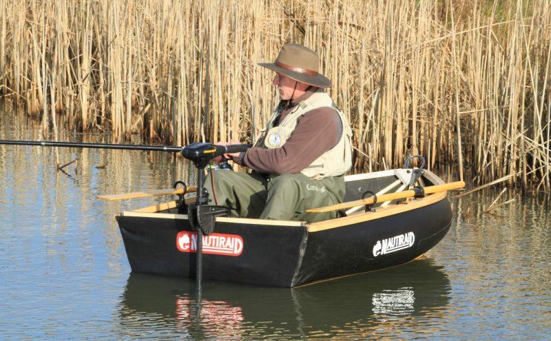Pêcheur dans un canot Nautiraid Coracle 190