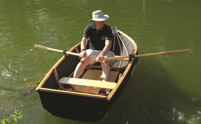 Pêcheur dans un canot Coracle 250